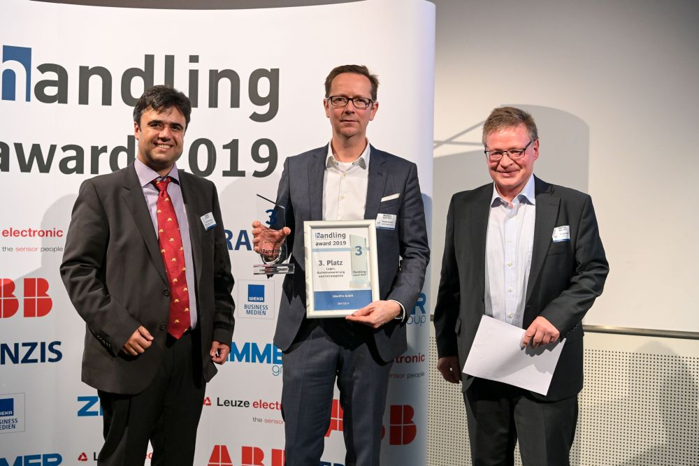 Roman Kucza freut sich über den dritten Platz im handling Award für das 3D Staplerleitsystem identpro